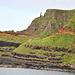 Auch an der umliegenden Steilküste sind Basaltsäulen zu finden.