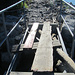 um mit dem Rad die vom Sturm zerstörte Brücke überqueren zu können, war ein Balanceakt erforderlich