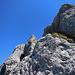 Die Seile braucht man nicht, ausser zur Orientierung, da der Fels perfekt ist und der Tritte und Griffe viele.