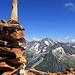 Das rote Gestein auf dem Bristengipfel ergibt einen hübschen Kontrast zum stahlblauen Himmel und dem Oberalpstock