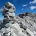 In diesem etwas vorgelagerten, von der Normalroute 1. Gipfelsteinmann, deponierten wir das neue Gipfelbuch. (Unten in den vorstehenden Steinen Bildmitte)
