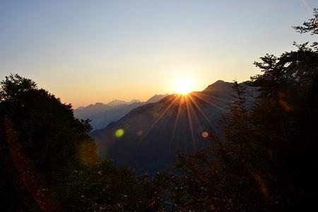 Die ersten Sonnenstrahlen versprechen einen heissen Tag.
