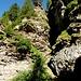 Der Weg von Piacacra nach Alpe Stüell geht entlang zerrissener Wände
