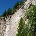 Unter diesen Felswänden führt der Weg nach Alpe Stüell hindurch