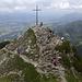 Das Gipfelkreuz steht, wegen der Sichtbarkeit aus dem Tal, auf einem Vorgipfel