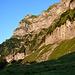 Auf dem Wiggisboden. Der Einstieg befindet sich rechts von dem grossen Schneefeld bei dem roten Pfeil. Das wilde Gelände zwischen dem Fels und dem Wiggisboden sind die Lichbritter.