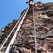 mehrere der beinahe senkrechten Leitern sind installiert