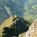 ..... während der Tiefblick entlang des Aufstiegsweges immer eindrücklicher wird. Tief drunten ist jetzt mal ein kleiner Teil von Ginzling zu sehen - kräftig herangezoomt.