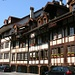 Ein seltener Anblick in der von Sandstein dominierten Altstadt von Bern sind Fachwerkbauten. Diese schöne Häuserzeile findet sich in der Gerberngasse beim Mühlenplatz.