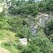 Il sentiero dopo Scandalasc arriva a fiancheggiare un canale/colatoio che più in alto oltrepasserà