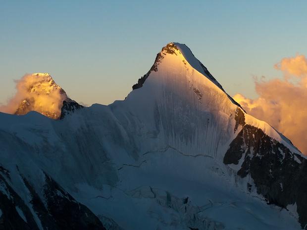 Das Matterhorn lugt über die Nordwand des Ober Gabelhorns herüber