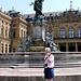 Karl vor dem Frankoniabrunnen<br />Die Figuren:<br />links - Walter von der Vogelweide, gerühmter Minnesänger, in Würzburg im Lusamgärtchen hinter dem Neumünster begraben<br />rechts - Tilmann Riemenschneider<br />© Nadine