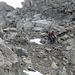 Gegenperspektive: Unangenehmer Abstieg durch gefrorenen Schutt auf die Schneefelder