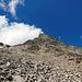 Nach einer kurzen Flachpassage kommt hier die Endphase. Bis an den Fuss vom steilen Gipfelkopf noch gerade rauf, dann nach rechts in den Grat und in die Rückseite für den Schluss.
