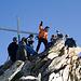 Gruppenbild auf dem Gipfel des Gross-Leckihorns (3068m). Wegen der großen Kälte halten wir uns nur kurz dort auf.