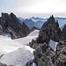 Vorne der Schnee, ist das Obertaljoch. Wir stiegen von rechts her über Felsen (I) hier hinauf.