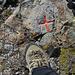 Verschiedene Gipfelmarkierungen. Ich stand auf einer Schraube im Fels.<br /><br />(Aufnahme enthält Product Placements)