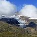 Blick vom Bahnhof Bernina Ospizio hinüber zum wolkenverhangenen Piz Cambrena und seinem Gletscher.