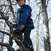 Jakob klettert auf einen Baum