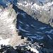 Der plattige Felsriegel ist überwunden: Rückblick zur Zillerplattenscharte und der bisher überwundenen Gratstrecke. Im Hintergrund ist der sicher sehr selten besuchte, südlich benachbarte Keeskarkopf (2923 m) zu erkennen.