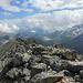 Der Gipfelgrat weiter in südlicher Richtung. Nix für mich, da hat's einen schwierigen Zwischenabstieg drin.  Hinten der Lago Bianco am Berninapass.