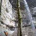 Ein eindrücklicher Wasserfall überspannt den Weg
