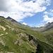 Blick ins Tal mit dem Weg auf der linken Seite. Links sieht man den Piz Languard und auf der rechten Seite den Piz Albris