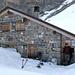 Refuge Pierredar: im Moment ist es leicht zugänglich, denn der Eingang wurde anfangs April freigeschaufelt. Die Hütte scheint recht angenehm zur Übernachtung zu sein, für uns war sie vor allem als Windschutz ideal!