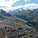 Nach Überwindung der Felskante freier Blick ins Val Roseg. Schutt soweit das Auge reicht.