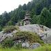 Luxus-Steinmann im Aufstieg zur Pascul da Boval. Luxus auch, weil die Steine von weit her herangetragen sein müssen.