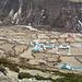 Dingboche,4400m. unsere Schlafsäcke baumeln noch an der Leine. ganz recht oben eine Yak-Alm.