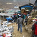 Auf dem Markt gehts geschäftig zur Sache. Ist er doch der wichtigste Handelsplatz weit und breit. Selbst Tibeter kommen über hohe Pässe hierher, um ihre Waren zu verkaufen.