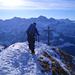 Letzte Schritte zum Gipfelkreuz des Rossstocks