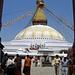 Eine der größten Stupas überhaupt ist die Bodhnath Stupa. Das Zentrum des tibetischen Buddhismus, hier residiert der dritthöchste Würdenträger der Tibeter,nach dem Dalai Lama und dem Panchen Lama, der Cini Lama.<br />