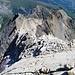 Auf diese Platte bin ich von Norden hoch (II-III). Ohne Schnee/Wassereis könnte der Grat nordseitig noch ein gutes Stück leichter umgangen werden.