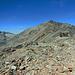 Der Munt Pers vom Sass Queder aus.  Der Weg (teilweise auf der Foto erkennbar) geht langsam ansteigend bis zum Horizont und dann nach rechts zum Gipfel.
