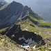Tiefblick auf die Innsbrucker Hütte. In der Bildmitte sieht man gut die Geländerippe, über die man zu Beginn aufsteigt.