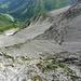 Kurz vor dem Ende des versicherten Steigs - Tiefblick hinunter in die Hochkare (Anstiegs-Abstiegsroute klar sichtbar).
