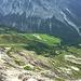 Tiefblick ins Große Walsertal zur Ischkarnei-Alpe, bei der ich auf meiner Tour zur [http://www.hikr.org/tour/post65941.html Hochkünzelspitze] 2x vorbeikam.