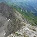Im Abstieg: Blick auf den Ostgrat und in die Wand mit dem Steig und dem An-/Abstiegspfad im obersten Geröllkar....inklusive des sagenhaften Kunkelkopfs ;-)