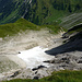 Kurz vor Ende der steilen Nordflanke. Blick über die Lawinenreste im obersten Boden. Weiter drunten im Tal die Töbele Alpe.