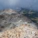Abstieg, im Hintergrund der Sass Queder