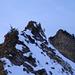 Auf dem Grat zwischen Lauchstock und Sisiger Spitz. Rückblick auf die Schlüsselstelle: Abstieg vom Lauchstock, dem gut geschichteten Horn, gegen links.