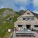 Pfälzerhütte, mit für einen Wochentag doch erstaunlich viel Betrieb. Schulreisen aus Deutschland waren da, glaubs. Hinten, ganz zu hintersthintenoben, der Gipfel des Augstenberg, schon wieder fast in den Wolken.