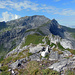 """Blick vom Spitz auf die weitere Route. Der Gratweg ist der """"Fürstin Gina Steig"""", wie eine Kupferplatte im Fels belegt."""