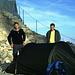 Martin und Adi am Zelt, dass wir n der einzigen möglichen Stelle auf dem verbauten Zugspitz-Gipfel aufgeschlagen hatten. Drei Mann im Zweimann-Zelt - das war recht eng.