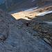 Über plattigen, mit Ketten gesicherter Fels gehts wunderbar kraxelnd hinauf