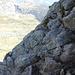 Cordina d'acciaio fissa in un traverso su roccia