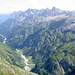 Hornbachtal, darüber die Hornbachkette. Auf halber Höhe, immer am oberen Rand des Grasgeländes, zieht sich ein kaum bekannter und wenig begangener Steig durch diese Hänge.