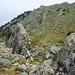 Ausstieg auf die Hochebene. Der Weg kommt hinter der Felsrippe hoch, links von Sonja geht es aber auch. Zum Dikeos geht es jetzt immer weiter nach rechts hinten.